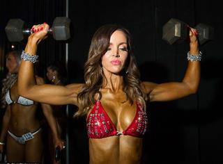 你知道在健美比赛的后台,这些准备上场的肌肉妹纸们都在做什么吗?