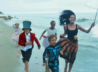 """皮特朱莉一家海边暖心大片,""""联合国家庭""""满满爱意 这才是人生赢家!"""