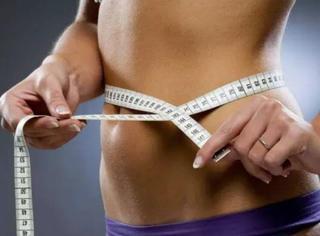 专注的人肚子上肥肉少