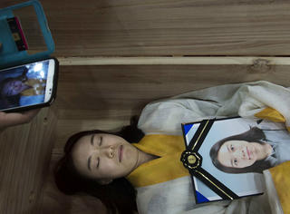 """韩国竟开设死亡学校让所有学生都""""自杀"""",这样的课你敢上吗?"""