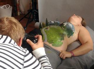 """趁老婆怀孕,这位奇葩的艺术家竟把自己爱人的身体给""""玩坏""""啦!"""