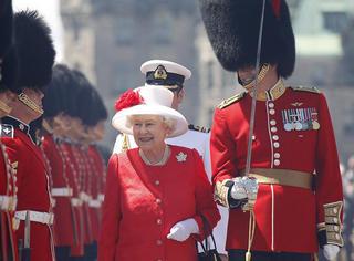 英国女王伊丽莎白二世 90岁庆生,将把自己压箱底的衣服都拿出来晒晒-史上最大王室服装展