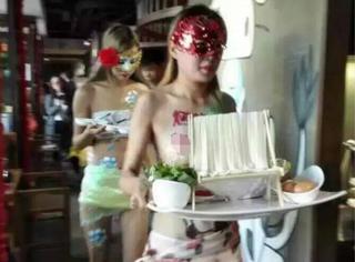 沈阳一饭店竟让服务员半裸上菜!这还能让人好好吃饭了么?