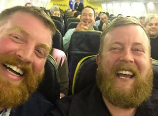 英国小伙子坐飞机,结果发现邻座的陌生人跟他长得一模一样!