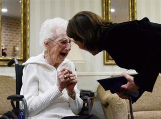 83年前她为照顾家人被迫辍学,如今97岁的她终于获得高中毕业证书!