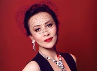 登顶演艺圈富婆,能穿20年前礼服,刘嘉玲这朵红玫瑰,才是真正的人生赢家