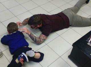 一张火遍Facebook的感人照片:当理发师遇上自闭症少年..
