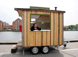 他用了5星期,竟然让一辆破拖车变成了世界最小办公室!