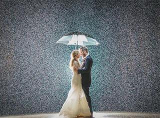婚礼那天遇上下雨,这对新人并没有惊慌,而是去雨中拍了张照片……