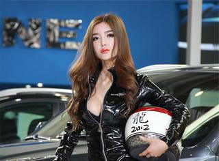 她是中国第一车模,她的人气曾经盖过兽兽,她曾经穿过最贵的衣服