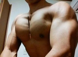 """日本发起""""胸夹饼干棒""""活动,肌肉男壮大的胸肌让妹子们自愧不如!"""