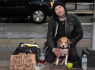 纽约乞丐每小时挣200美元,竟然因为一只狗!