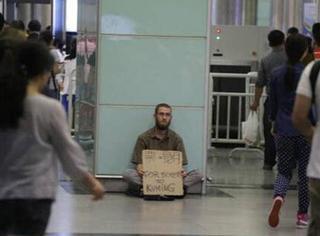 敢信?广州地铁里这个帅帅的外籍乞丐一天收入过千!