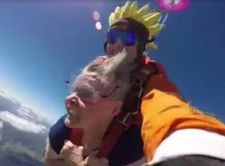 72岁老奶奶玩儿高空跳伞,结果假牙飞出去了…