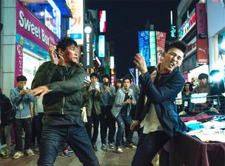 警察耍无赖、暴打高富帅!今年韩国最卖座的电影就是它!