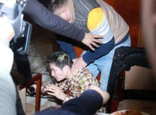 掌掴、暴踹、泼果汁,黄圣依手下竟把记者约出来狠打