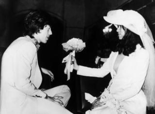 44年前,她是第一个穿YSL西装结婚的女人