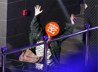爆炸头傻大姐袁姗姗酒吧狂追朴灿烈,这个电影的新剧照把我吓到了...