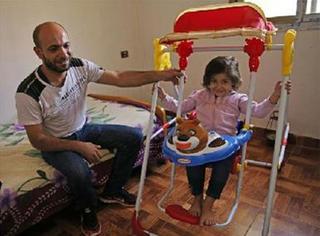 那个卖笔的难民爸爸收到了120万捐款,而他回报的方式更有意义!
