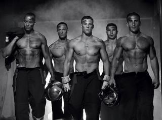 英雄有颜有肉,法国消防员拍半裸写真筹善款!