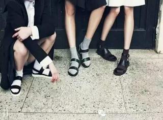 小时候醉人的凉鞋配袜子,现在又流行起来了。