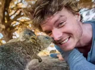 他承包了全世界最棒的工作,还收获了全澳洲小动物的信任