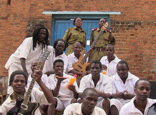 世界上最穷国家的死囚们组了一支乐队,结果成了2016格莱美最大的黑马