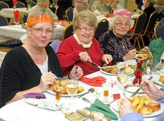 暖心!英国87岁老人为50位孤独老人过圣诞