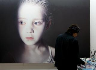 长达30年,这位艺术家一直在画受虐的儿童