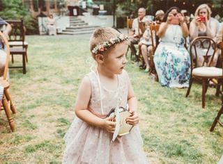 想和新妈妈的婚纱搭一对,小男孩不穿西装穿洋装