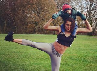 """一个狂热的健身妈妈,把孩子当""""哑铃"""""""