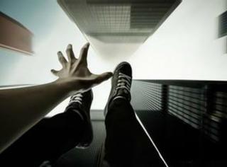 女子从11楼跳下,却看到10楼那对恩爱的夫妻在......