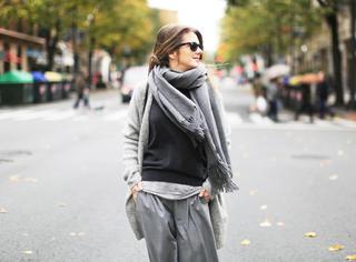 冬天的街拍里最抢眼的就是戴一条超厚的大围巾!