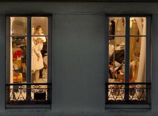女摄影师在纽约和巴黎拍了很多窗户,窗子里的生活原来这么美