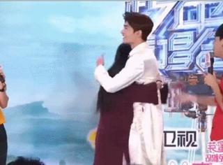 这个女人在后台被杨洋抱了2次!