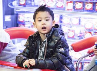 别看曹颖儿子才4岁,人家可是个撩妹高手啊!