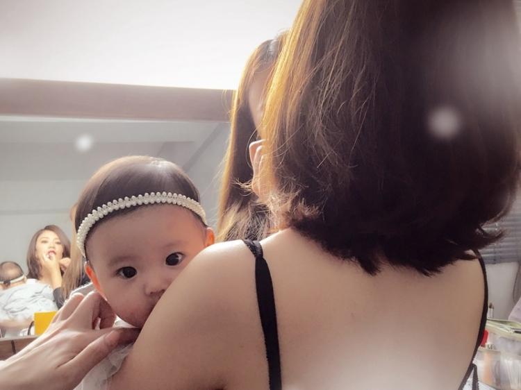 有爱瞬间   贾静雯女儿出生5个月,每天都美出新高度!