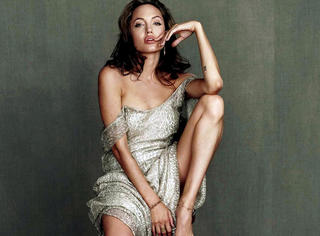 别老盯着谁变美了!安吉丽娜·朱莉干的事情才值你一脸羡慕敬佩!
