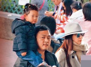 吴佩慈和男友带着女儿逛街,这么恩爱怎么还不结婚