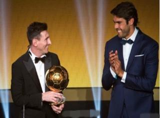 梅西第五次拿FIFA金球奖,而这一次为他颁奖的是卡卡