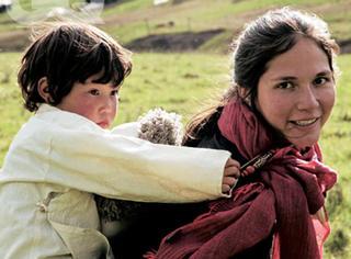 放弃高薪,她手织天然围巾卖给LV,改变了当地无数人的命运!
