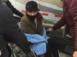 【快讯】张艺兴受伤后现身机场,坐轮椅面色憔悴!