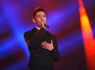 看黄晓明爸爸这装扮,还以为是美声歌唱家呢!