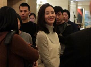 准新娘子刘诗诗心情好,被围观也笑得那么甜