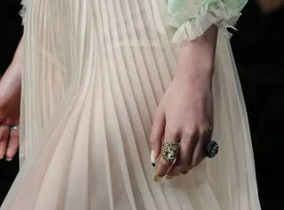 强势回潮|一条风琴褶裙给你足够的时尚感!