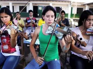一位垃圾场工人,用废品制造乐器,让贫民窟里走出了一支世界乐团