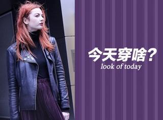 【今天穿啥】皮夹克百褶裙穿上身,帅气妩媚两不误!