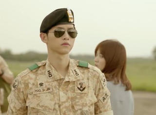 《太阳的后裔》对这个穿军服的大尉一见钟情!