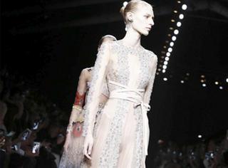 秀场直击| Valentino以一件利落剪裁的超长风衣开场,带你感受纯美仙裙之乡!