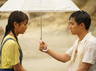 """摸头杀男友力什么的都弱爆了,现在初恋流行""""雨伞吻""""!"""